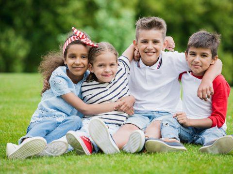 ילדים משחקים על דשא סינטטי
