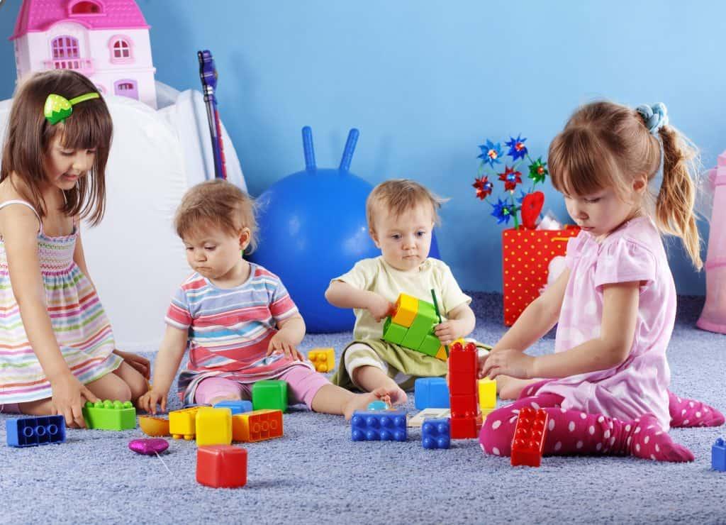 ילדים משחקים בגן ילדים